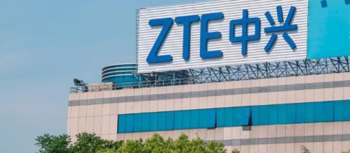 Logotipo de ZTE en un edificio de oficinas en Shanghai.