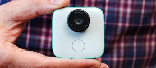 La cámara Clips es pequeña, ligera, de color blanco con un adorno colorido, 130 °, cámara con lente gran angular.