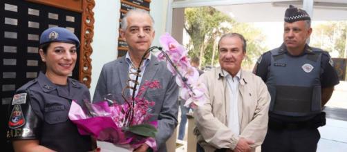 Mãe que matou ladrão recebe homenagens de governador paulista