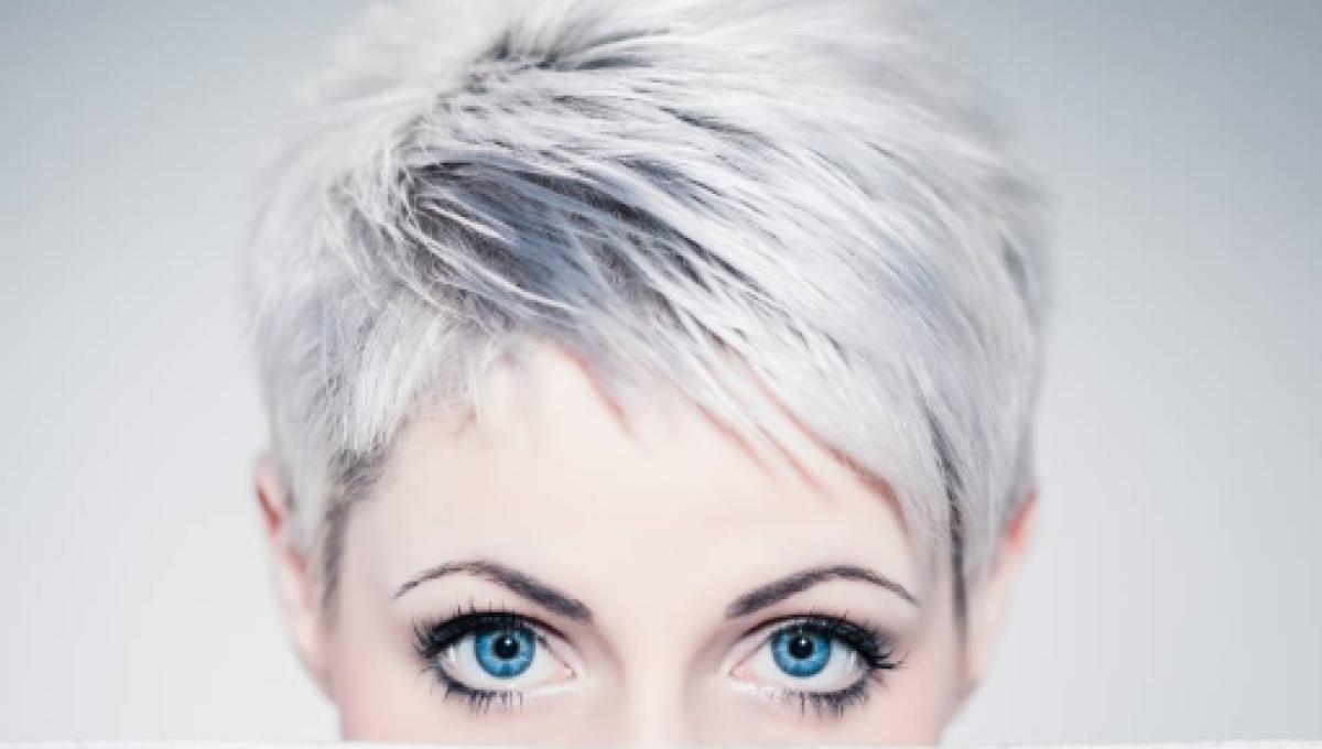 Donne con capelli bianchi corti