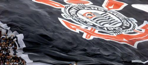 Bandeirão do Corinthians durante um jogo. (foto reprodução).
