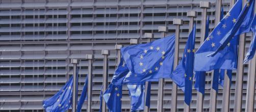 Bandiere dell'Unione europea davanti agli uffici della commissione europea di Bruxelles