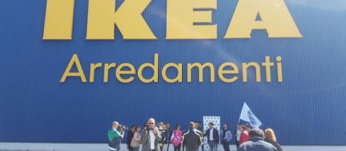 Conferenza stampa di Fratelli d'Italia davanti alla sede dell'Ikea di Bari