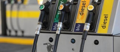 Rialzo prezzo petrolio: sale la benzina e Codacons chiede l'intervento dei Nas