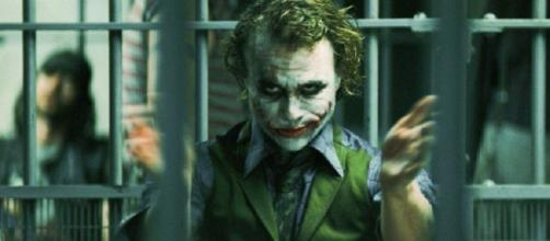 The Dark Knight Joker tiene una explicación bastante convincente sobre dónde el Joker obtuvo sus cicatrices.