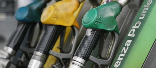 """Nel """"contratto di governo"""" tra Lega e M5S è previsto un drastico taglio delle accise sul prezzo dei carburanti."""