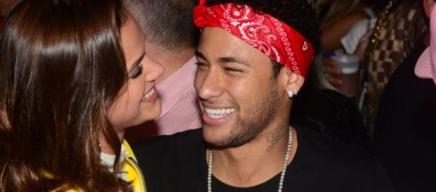 Bruna Marquezine e Neymar posam com 'pouca roupa'
