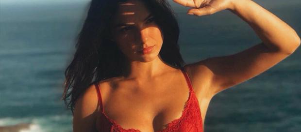Isis Valverde posa de lingerie na praia (Crédito: Reprodução/Instagram)