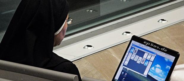 Suore di clausura, computer e social network: il Vaticano dice sì ma con 'moderazione e sobrietà'.