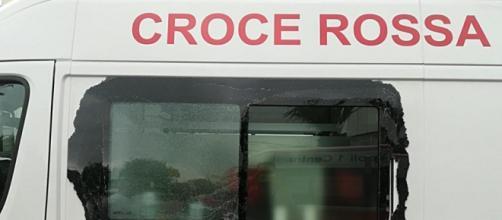 Il finestrino dell'ambulanza colpita da un palo metallico a Napoli: nessun assalto, si è trattato di un incidente.