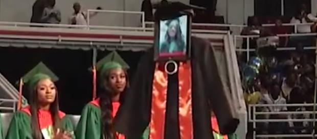 Alabama high school student Cynthia Pettway is virtually on stage for her graduation thanks to a robot. [Image via AL.com/YouTube]