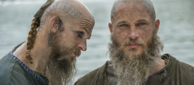 Personagens Floki e Ragnar, de Vikings
