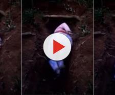 Ela foi colocada em um cova e levou dois tiros (Captura de imagem)