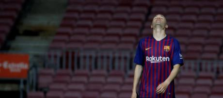 Iniesta en la soledad del Camp Nou