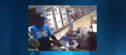 Criminoso aponta arma de fogo ao dono do estabelecimento (Foto:Reprodução/Youtube)