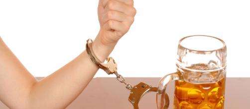 Dépendance à l'alcool : un remède pour les Français ?