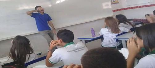 Professor é surpreendido por alunos. (foto reprodução).
