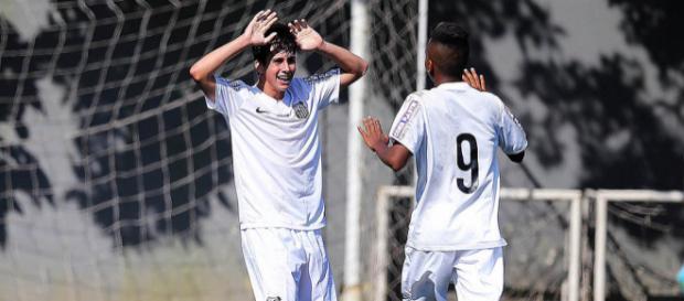 Rodrygo, de costas, é sondado pelo Barcelona
