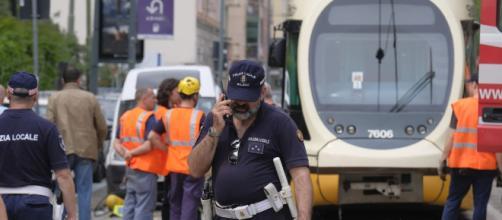 Milano, rider finisce sotto il tram: gamba amputata