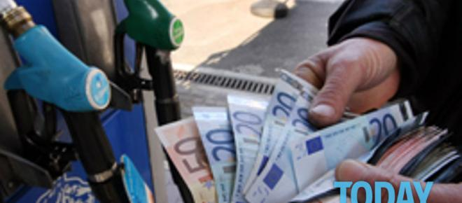 Benzina e gasolio, weekend con pieno a 100 euro