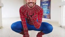 Kaysar Dadour vai a hospital fantasiado de herói levar alegria para as crianças