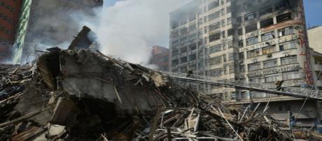 Bombeiros trabalham nos escombros de prédio que desabou em SP - Foto: Rovena Rosa / Agência Brasil