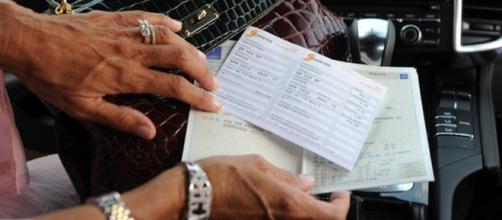Bollo auto in viaggio: esenzioni e cosa succede se non si paga la tassa in tempo