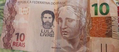 Cédulas com o rosto de Lula estão sendo carimbadas por manifestantes