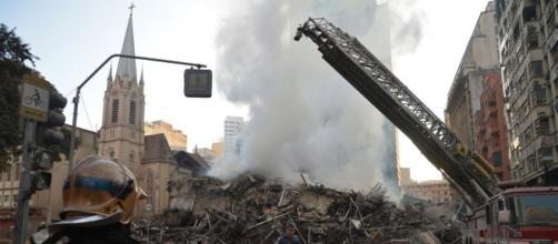 Prédio acabou desabando após incêndio