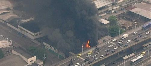 Incêndio atinge barracão de escolas de samba na Zona Portuária do Rio.