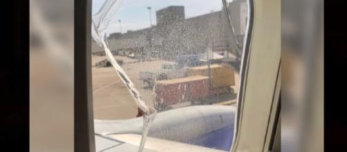 Southwest flight window breaks mid-flight. Photo: Wochit News Youtube screenshot
