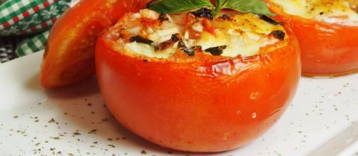 Tomates rellenos de mozzarella y albahaca