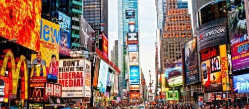 Numerosos avisos publicitarios pueden verse en las calles de diferentes países.