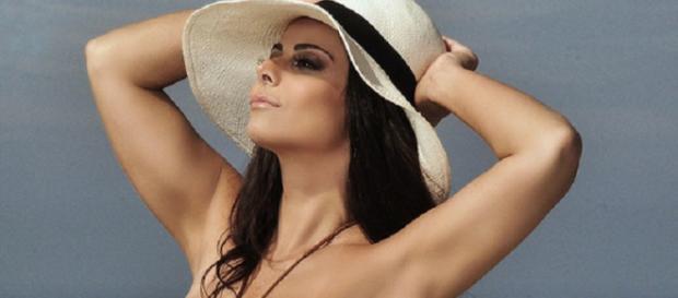 A modelo e atriz, Viviane Araújo, em fotos exibindo seu bronzeado. (Reprodução/Web)