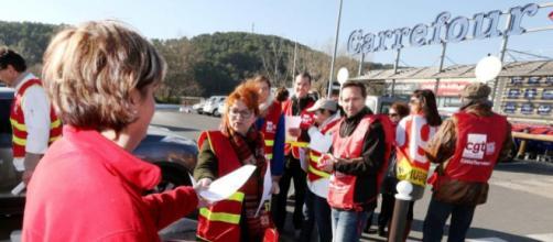 Dans le groupe Carrefour, les salariés affichent leur hostilité à la fermeture de 227 enseignes et au licenciement de 2 100 personnes
