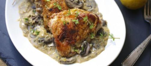 Petti di pollo al cartoccio con funghi, fegatini e prosciutto