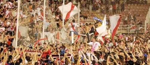 Invasión del campo después del gol de Tamudo.