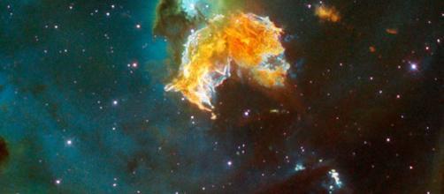 La supernova descubierta por la audiencia de ABC, que es la mota a la derecha de la brillante galaxia en el medio del marco.