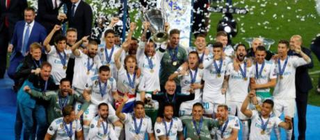 Real Madrid ergue a taça de campeão europeu. Foto: Veja (Phil Noble/Reuters)