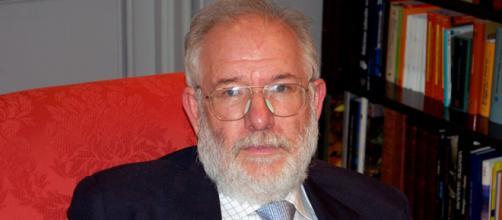 El profesor Carlos Berzosa. Public Domain.