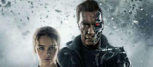 """Emilia Clarke en """"Terminator 4"""" con Arnold Schwarzenegger."""