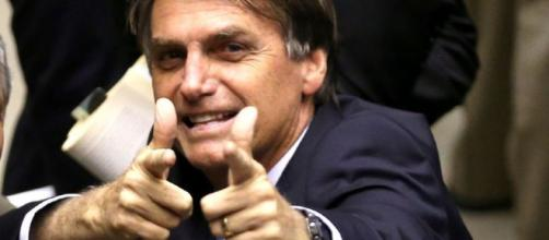 Jair Bolsonaro afirma que vai continuar atirando, mas com silenciador