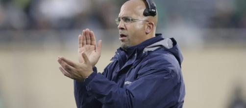 James Franklin corre para decirle a un jugador de Penn State que se dé la mano - usatoday.com