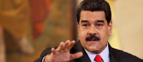 Un presidente latinoamericano saluda a personas ficticias