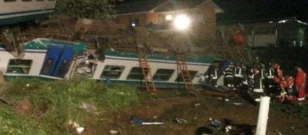 Caluso: i vagoni del treno deragliati dopo l'incidente.