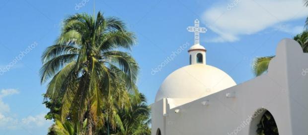 Iglesia mexicana blanca en la playa, Playa del Carmen, México ... - depositphotos.com