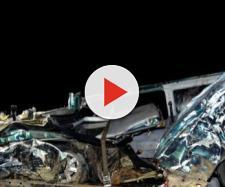 I resti del minibus dopo lo schianto fatale