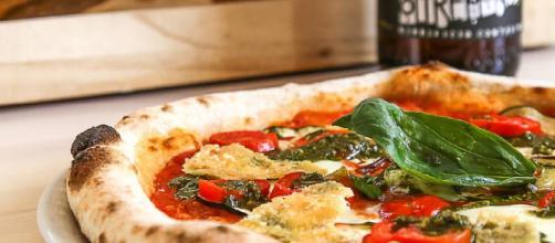 Pizza integrale con pomodori e squacquerone: la ricetta - oraviaggiando.it