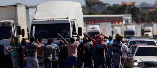 Manifestantes paralisam o trânsito nas rodovias