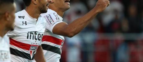 São Paulo vence o Santos e entra no G-6.